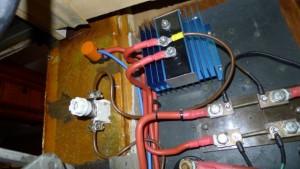 Mar Abierto - El Perfect Charge (cable marrón) toma la corriente (+) que llega d