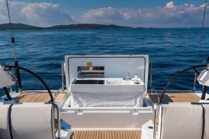 Mar Abierto - La cocina exterior opcional se escamotea con motor eléctrico en el
