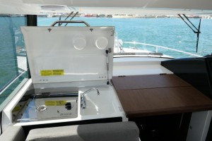 Mar Abierto - La cocina interior se esconde bajo una tapa que hace las funciones