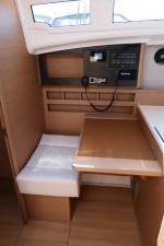 Mar Abierto - La mesa de cartas es amplia y dispone de espacio para el VHF, el e
