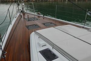 Mar Abierto - La cubierta de proa despejada, la profusión de asideros y los ángu