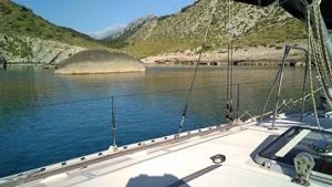 La pequeña playa de Cala Figuera es de guijarros y queda tras la roca lenticular que se ve en la foto.