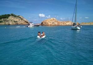 Cala Pregonda es una de las calas más populares y emblemáticas de Menorca.