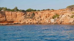 La playa de Es Bol Nou es pequeña, pues la cala es mayormente rocosa.