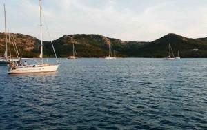 Pocos barcos, pocas casas y una buena protección del mistral en el Golfo delle Saline