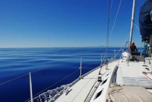 Mar en calma y la silueta de la costa catalana se recorta en el horizonte, a más de 50 millas