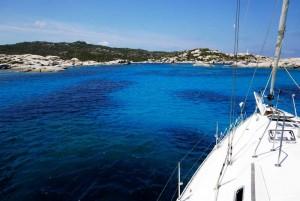 Entre los dos islotes hay un pequeño espacio donde fondear en aguas turquesas